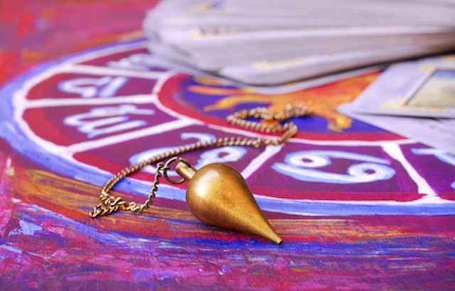 Astrologischer Kreis mit Pendel und Tarotkarten