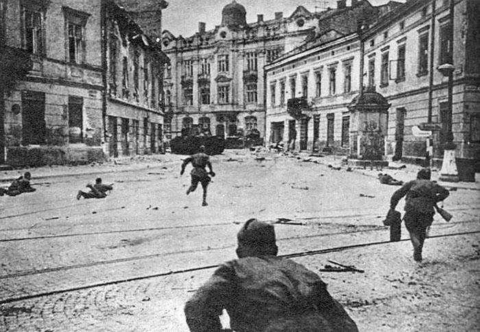 Soldados soviéticos em batalha em Lviv, Ucrânia | Foto por Red Army via Wikimedia Comuns