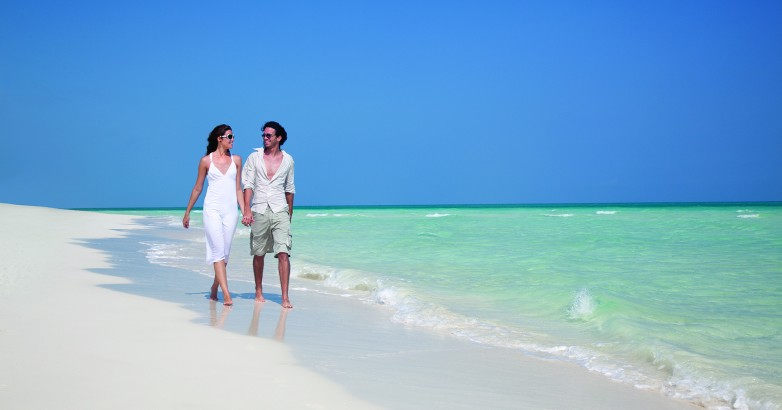beach couple_walk_2_cayo guillermo_lo