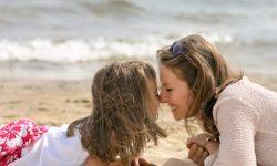 clin entre mre et fille sur la plage