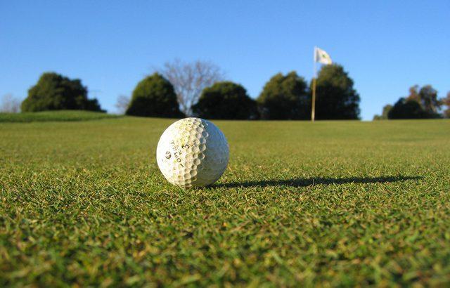 golf-ball-on-the-grass-1520778-640x480